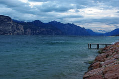 Dia ventoso no lago Garda perto de Castelletto di Brenzo Fotografia de Stock