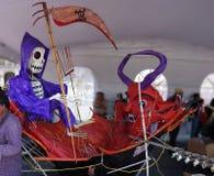 Diabeł i śmierć w łodzi obrazy stock