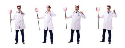 Diabeł lekarka w śmiesznym medycznym pojęciu odizolowywającym na białym backgrou obraz royalty free
