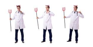 Diabeł lekarka w śmiesznym medycznym pojęciu odizolowywającym na białym backgrou zdjęcie stock