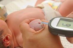 Diabete dell'analisi del sangue del livello del glucosio del bambino di misura fotografie stock