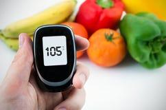 Diabetes, der waagerecht ausgerichteten Test der Glukose durchführt Lizenzfreies Stockfoto