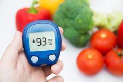 Diabetes, der waagerecht ausgerichteten Test der Glukose durchführt. Lizenzfreie Stockbilder