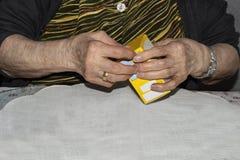 Diabetes oude dame die naalden voorbereiden om haar dosis insuline in te spuiten royalty-vrije stock fotografie