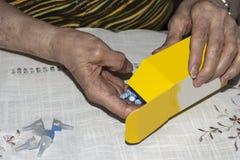 Diabetes oude dame die naalden voorbereiden om haar dosis insuline in te spuiten royalty-vrije stock afbeelding