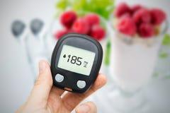 Diabetes que faz o teste nivelado da glicose Imagem de Stock Royalty Free