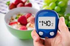 Diabetes que faz o teste nivelado da glicose Foto de Stock Royalty Free