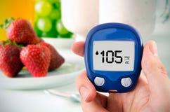 Diabetes que faz o teste nivelado da glicose Imagens de Stock Royalty Free