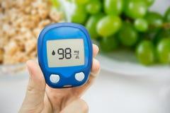 Diabetes que faz o teste nivelado da glicose Fotografia de Stock