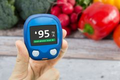 Diabetes que faz o teste nivelado da glicose fotos de stock