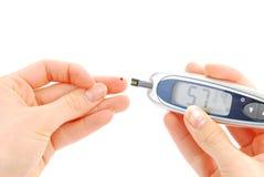 Diabetesperson, die waagerecht ausgerichtete Blutprobe der Glukose durchführt Lizenzfreie Stockfotos