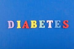 DIABETETES-ord på blå bakgrund som komponeras från träbokstäver för färgrikt abc-alfabetkvarter, kopieringsutrymme för annonstext Royaltyfria Foton