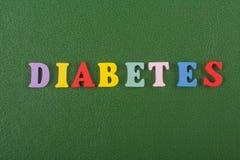 DIABETETES-ord på grön bakgrund som komponeras från träbokstäver för färgrikt abc-alfabetkvarter, kopieringsutrymme för annonstex Royaltyfri Bild