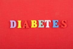 DIABETETES-ord på röd bakgrund som komponeras från träbokstäver för färgrikt abc-alfabetkvarter, kopieringsutrymme för annonstext Royaltyfri Bild