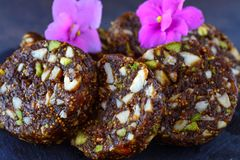 Diabetiska vänliga sötsaker - Anjeer Mithai eller fikonträdrulle royaltyfria bilder