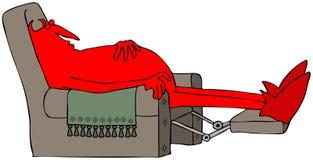 Diable rouge dormant sur un recliner brun Images stock