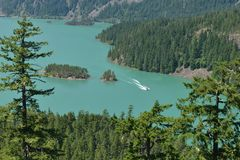 Diablo Lake From Highway 20 med det motoriska fartyget i sikt Royaltyfri Bild