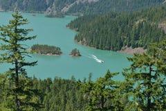 Diablo Lake From Highway 20 mit Motorboot in der Ansicht Lizenzfreies Stockbild