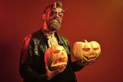 Diabo de Dia das Bruxas com chifres ensanguentados, olhos, sangue vermelho, feridas imagem de stock