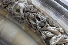 Diabo ou demônio no relevo do archivolt da catedral nova de Vitoria Gasteiz fotos de stock