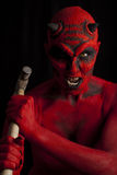 Diabo vermelho que ataca com um martelo, foto de stock royalty free