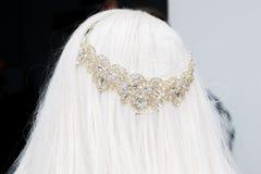Diadem тиары свадьбы на голове головы невесты с белокурым ha стоковое фото rf