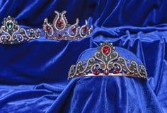 Diadem med gröna stenar på en blå sammetbakgrund Östlig tiara Smyckendesign arkivfoton