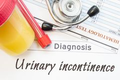 Diagnóstico da incontinência urinária Recipiente com amostra de urina, tubo de ensaio com resultados do sangue, do estetoscópio e Fotografia de Stock
