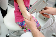 Diagnóstico da melanoma o doutor examina o patient& x27; toupeira de s Imagens de Stock Royalty Free