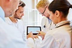 Diagnóstico de ECG con la tableta fotos de archivo libres de regalías