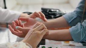 Diagnóstico del pulso con la mano en una medicina tibetana almacen de metraje de vídeo