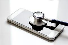 Diagnóstico dos dispositivos no fundo branco com estetoscópio fotos de stock
