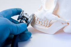 Diagnóstico e detecção de doenças dos dentes na odontologia, doença dos ossos de s da cara, o superior e o mais baixo das maxilas imagens de stock