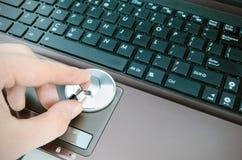 Diagnóstico e reparo dos computadores Foto de Stock