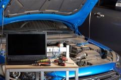 Diagnóstico moderno del ordenador del coche imágenes de archivo libres de regalías