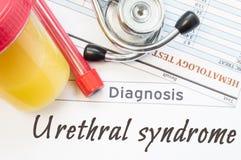 Diagnóstico Urethral da síndrome Recipiente do laboratório com amostra de urina, tubo com resultados do sangue, do estetoscópio e Fotografia de Stock