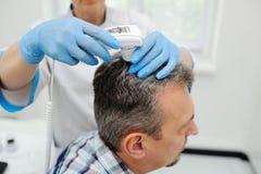 Diagnósticos cabelo e escalpe Trihoskopiya Foto de Stock Royalty Free