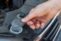 Diagnósticos diarios del coche por el conductor Rellenar el l?quido de la lavadora del coche fotos de archivo libres de regalías