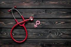 Diagn?stico y curaci?n de la enfermedad ginecol?gica con el estetoscopio y del s?mbolo femenino en maqueta de madera de la opini? fotografía de archivo