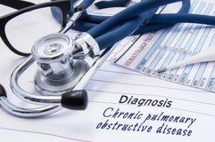 Diagnos av den kroniska lung- hindrande sjukdomen COPD På doktorer skyler över brister tabelllögner med kroniska lung- hindrande  fotografering för bildbyråer