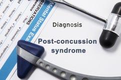 Diagnos av denhjärnskakning syndrommen Två neurological hammare, resultat av mental statusexamen och namn av neurologic psykiatri royaltyfri foto