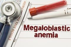 Diagnose van Megaloblastic-Bloedarmoede Reageerbuizen of flessen voor bloed, stethoscoop en laboratoriumhematologieanalyse door t stock foto's