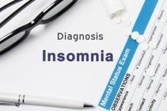 Diagnose von Schlaflosigkeit Ergebnisse der Geistesstatusprüfung, Behälter mit zerfallenen Pillen mit psychiatrischer Diagnose In Stockbild