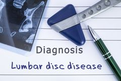 Diagnosi della malattia lombare del disco Storia medica di salute scritta con la diagnosi della malattia lombare del disco, della fotografia stock libera da diritti