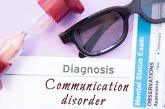 Diagnosi di disordine di comunicazione La clessidra, vetri di medico, esame mentale di stato è disordine vicino di comunicazione  fotografia stock
