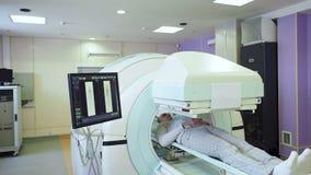 Diagnosi di RMI dell'uomo adulto in ospedale video d archivio