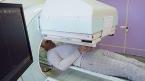 Diagnosi di RMI dell'uomo adulto in ospedale stock footage