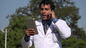 Diagnosi ispanica felice di medico facendo uso della compressa stock footage