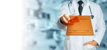 Diagnosi maschio del dottore Holding Tablet With, prescrizione o dati medici Concetto della medicina di assicurazione di sanità fotografia stock