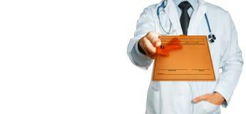 Diagnosi maschio del dottore Holding Tablet With, prescrizione o dati medici Concetto della medicina di assicurazione di sanità immagine stock